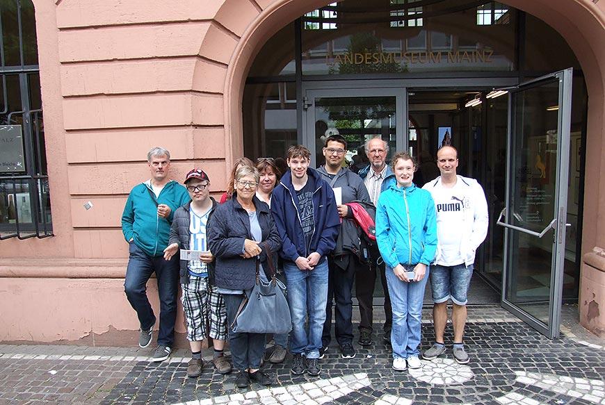 Gruppenbild vor dem Landesmuseum in Mainz